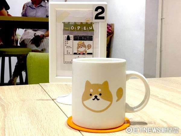 ▲熱飲會用柴犬圖案杯子裝。(圖/記者張舒芸攝)