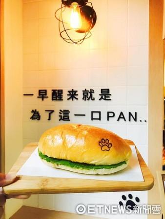▲店內現烤餐包,麵包上還烙印小腳掌圖案。(圖/翻攝自抹抹柴臉書)
