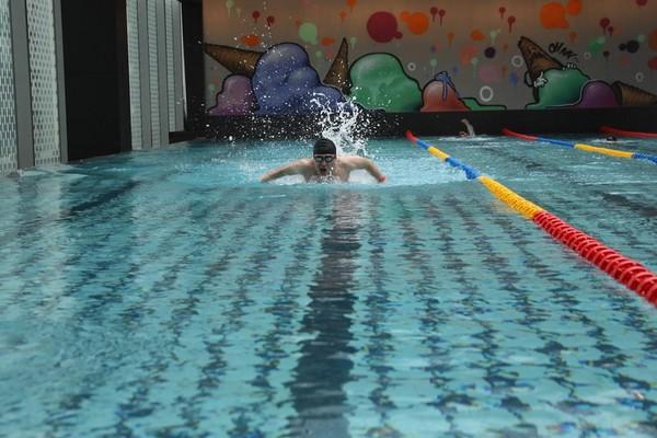 25公尺長的日光恆溫泳池,讓人很想下水。