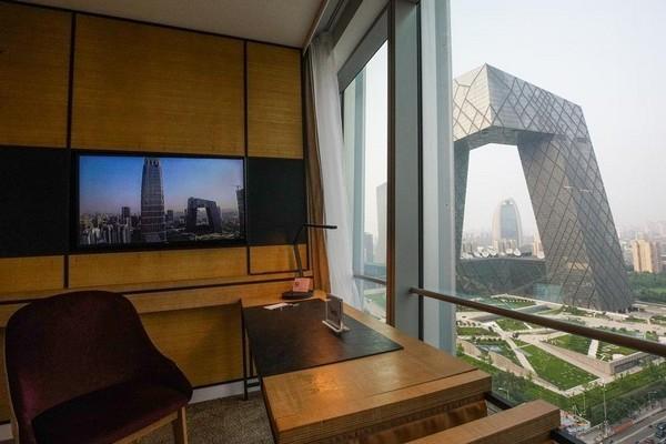 從客房窗外望去,就是被北京人暱稱為「大褲衩」的央視總部大樓。