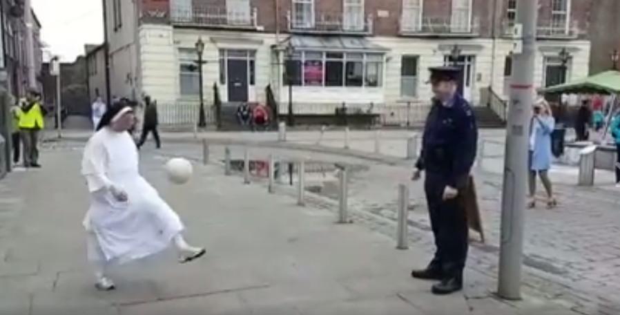 ▲30秒的影片中可以看到兩人大秀腳上功夫。        。(圖//翻攝自facebook/Garda Síochána - Cork, Kerry & Limerick - Southern Region)