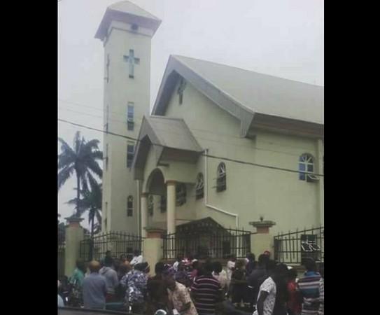 ▲奈及利亞教堂攻擊12死 槍手殺錯人。(圖/翻攝自Biafra whistleblower臉書)