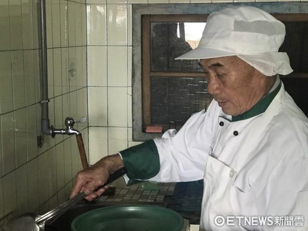 華山基金會義工準備正統印度料理幫胡阿公歡渡父親節,胡阿公也下廚烹調紅燒魚頭回饋義工。(圖/華山基金會提供)