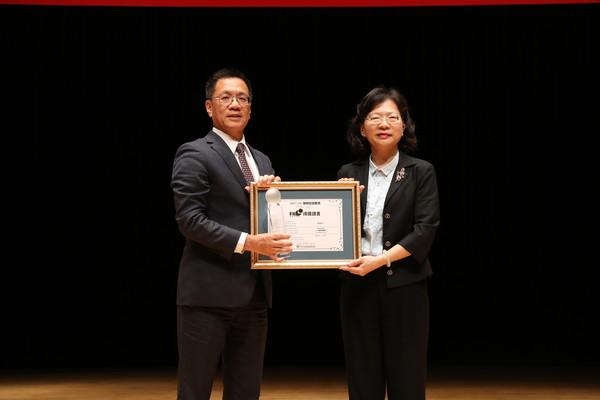 富邦人壽總經理陳俊伴(左)三度榮獲保險信望愛獎所頒發的「最佳保險領導人獎」,創下此獎項最佳紀錄。圖右為保險局局長李滿治。(圖/富邦人壽提供)