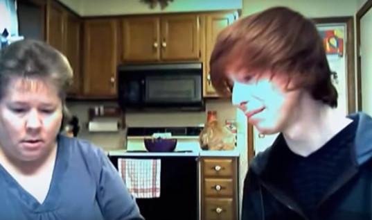 「很抱歉,我是Gay」少年淚崩 下秒母親給他最溫暖的擁抱(翻攝自B.C.&Lowy)