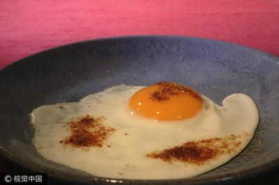 「雙蛋黃」是打生長激素造成的?免驚!是雞吃太好或嚇到