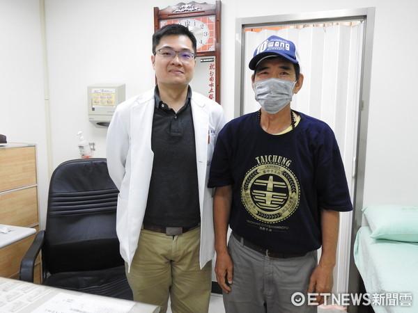 ▲經過台南市立醫院中醫部醫師郭祐睿(左)治療調理近2年,陳爸爸精神變好,血小板增加,腫瘤指數維持正常,體重增加,順利度過癌症不復發的5年。(圖/南市醫提供)