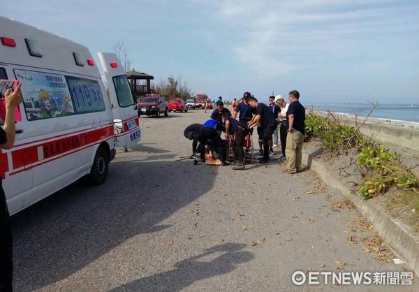 投海輕生女子被直升機以吊掛方式救起,立即由救護人員送往台東基督教醫院急救。(圖/第一三岸巡總隊提供)