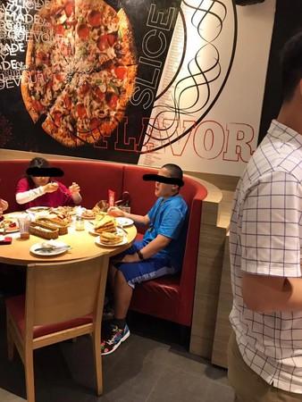 ▲男孩吃披薩卻只吃料,餅皮堆成小山還亂丟。(圖/翻攝自爆料公社官網)