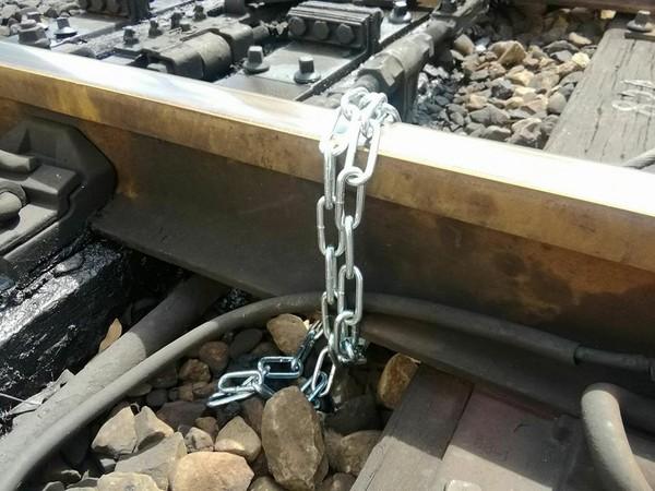 ▲台鐵鐵軌被發現遭鐵鍊綁住。(圖/翻攝自台灣便當管理局-附屬鐵路部FB粉絲專頁)