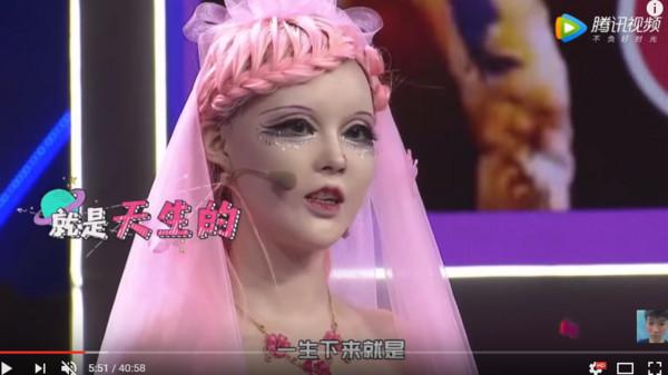 ▲▼陸女自認是芭比娃娃,也不介意人家說她是充氣娃娃。(圖/翻攝自YouTube/socialmedia queen)