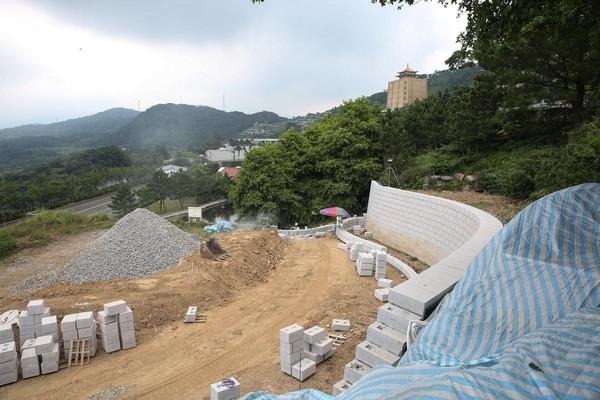 趙藤雄的壽墳占地約200坪,大量採用自大陸進口的石材,目前正進行到擋土牆工程。