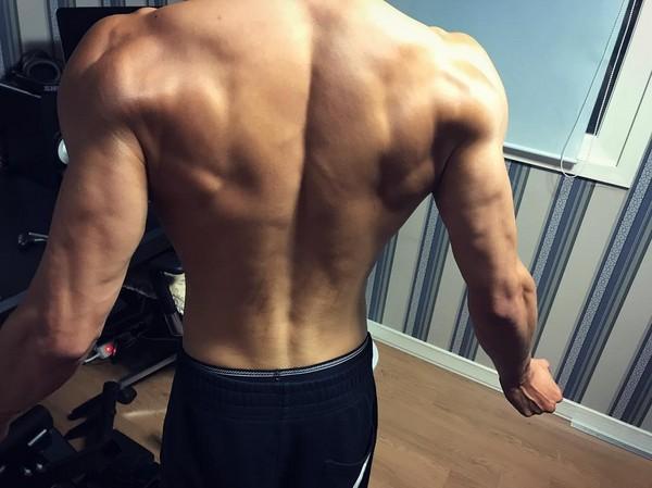 INFINITE李成烈勤於健身,竟把自己練得快跟金鐘國一樣壯,驚呆粉絲們。(翻攝自成烈IG)