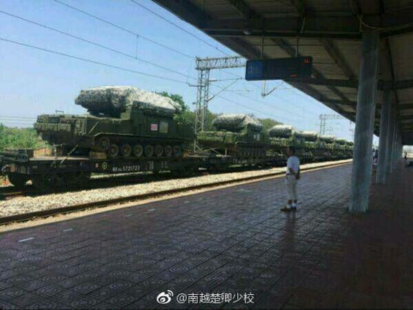 解放軍「紅旗-17」近程防空導彈系統疑似與紅旗-16同樣利用鐵路運輸送往西藏,兩者搭配將為中國在邊境組織強大防空網。(圖/翻攝自大陸網站)