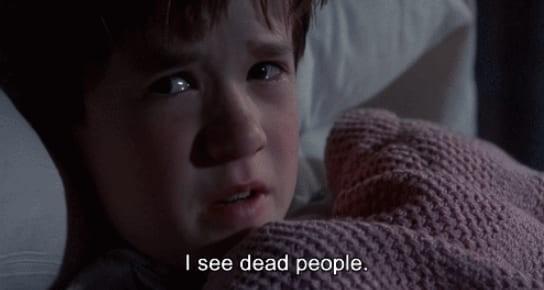 已逝男友傳訊「晚安,我愛妳」 10則網友親身經歷的短篇鬼話。(圖/取自BuzzFeed)