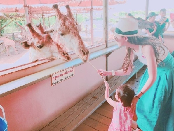 ▲▼小周周泰國伸手餵食長頸鹿,昆凌:我的勇敢女孩~。(圖/翻攝自昆凌IG)