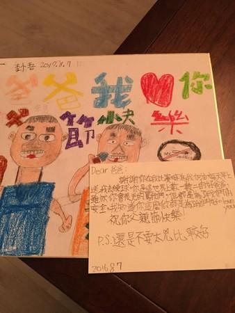 李李仁父親節卡片女兒偷抱怨「不要太兇」。(圖/翻攝自李李仁臉書)