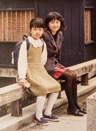 謝海盟(左)和媽媽朱天心(右)生活緊密,謝海盟形容是「殺人鯨母子」,小公鯨永遠跟著母親旁邊。