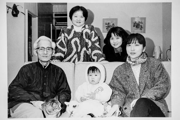 謝海盟(前排中)外公是作家朱西甯(前排左一),外婆是翻譯家劉慕沙(後排左),媽媽是作家朱天心(後排右),大姨朱天文(前排右一)不但是作家也是影壇的重要編劇。