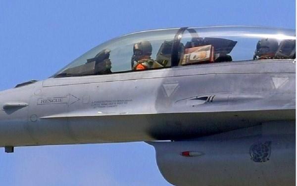▲▼F-16飛官遭爆違規夾帶麻糬上機。(圖/翻攝自網路)