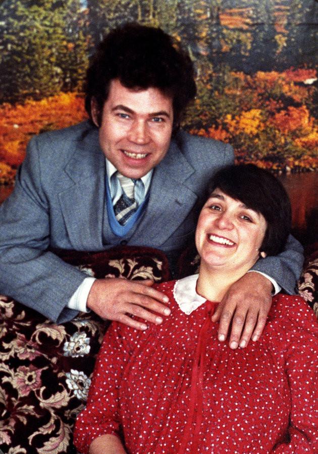英國變態夫婦聯手姦殺12人,女兒淚訴:姊姊埋在天井下(圖/網路)