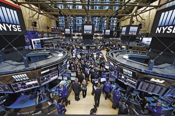 美股創新高,許多投資人裹足不前,但謝宗翰照樣用道瓊狗投資術買進美股。(東方IC)