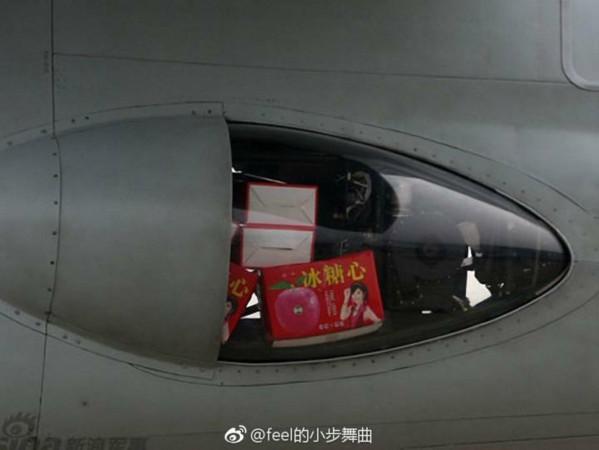 我國F-16夾帶麻糬引發喧然大波,共軍轟-6型戰機也曾被拍攝到運載多盒蘋果禮盒。(圖/翻攝自大陸網站)