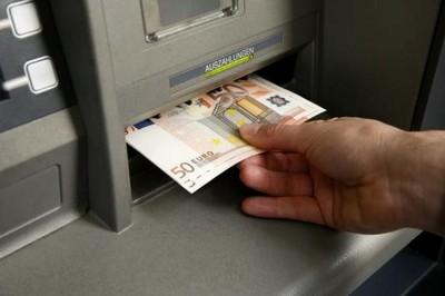 ATM故障狂吐3千大鈔 銀行:不用還錢!
