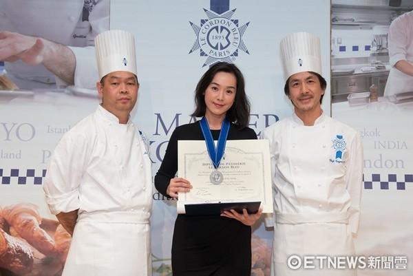 ▲王靜瑩拿到東京巴黎藍帶學院烘焙學成證書。(圖/寶麗來國際娛樂股份有限公司提供)