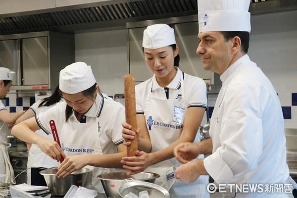 ▲王靜瑩到法國巴黎藍帶學院上課。(圖/寶麗來)