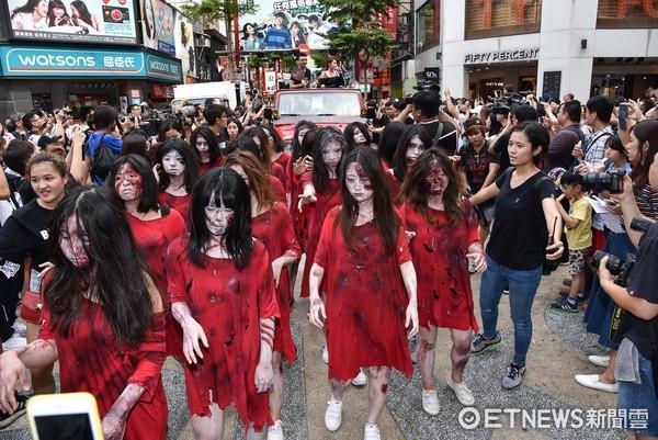 ▲▼《紅衣小女孩2》踩街活動。程偉豪,楊丞琳(圖/記者李毓康攝)