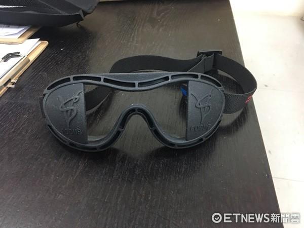 ▲富邦悍將使用矯正眼鏡。(圖/記者陳立勳攝)