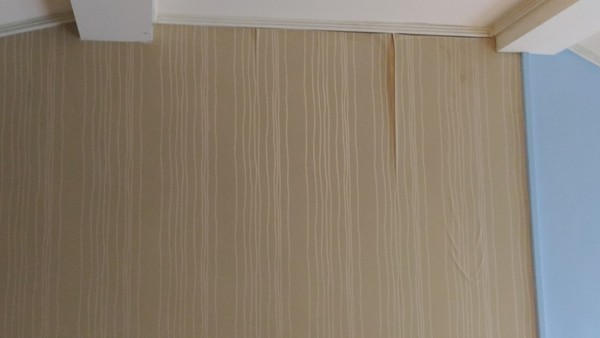 ▲墾丁一間度假村6人房,遭網友投訴房間髒亂、老舊,服務人員動作又慢。(圖/翻攝自爆廢公社)