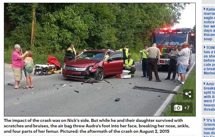 ▲33歲母親把腳放在控制台上,發生車禍後造成嚴重骨折。(圖/翻攝自《每日郵報》)