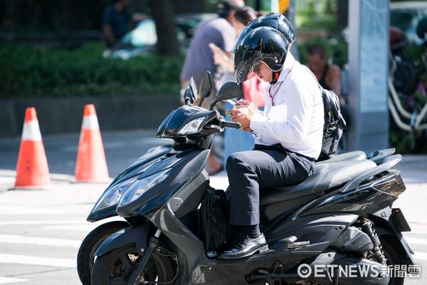 ▲▼騎車滑手機,交通安全,機車族滑手機,低頭族。(圖/記者季相儒攝)