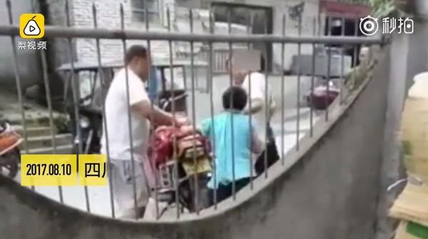 ▲▼四川省樂山市一名男童調皮,遭到父母綁在車尾拖行。(圖/翻攝自梨視頻)