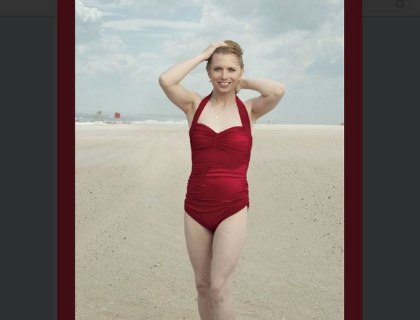 ▲▼ 前美軍變性士兵雀兒喜曼寧以一身大紅色連身泳裝登上Vogue雜誌。(圖/翻攝自推特/@xychelsea)