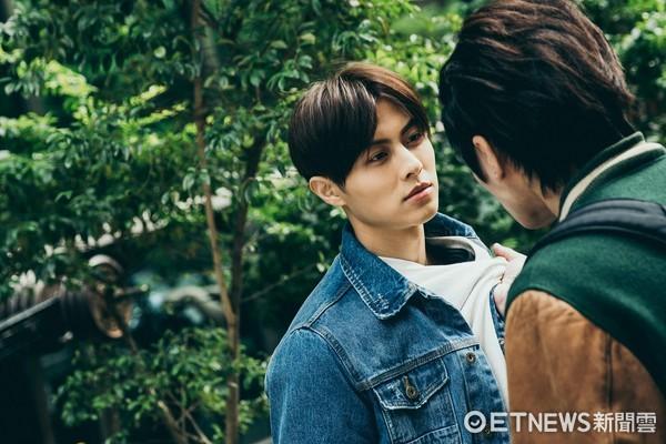 ▲曾之喬、王子《稍息立正我愛你》劇照。鍾哥(曾之喬)在劇中假裝與金宇彬(許光漢)談戀愛。(圖/中視提供)