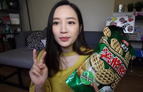 ▲Kelly介紹好市多COSTCO人氣餅乾薯格格。(圖/翻攝自TheKellyYang YouTube)