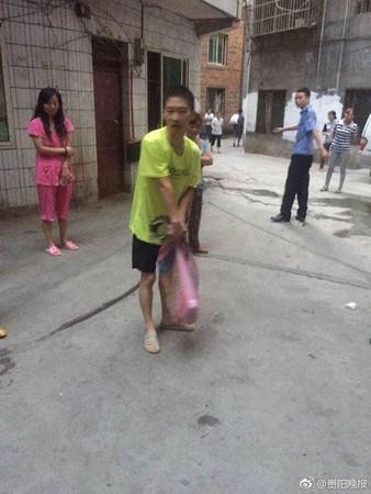 夫妻出門上班「踩到鱷魚」,鄰居全嚇跑。(圖/翻攝自貴陽晚報微博)