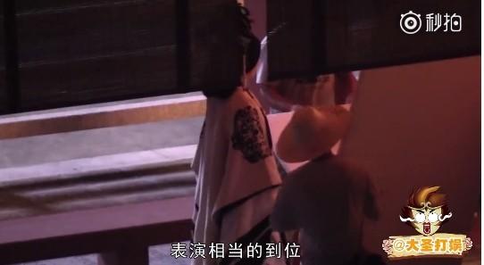▲范冰冰頂大頭套、穿3層華服走在長廊中。(圖/翻攝自《大聖打娛》微博)