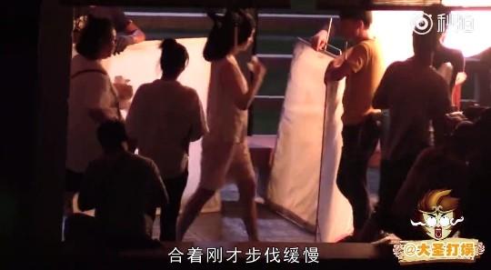 ▲范冰冰脫到剩白背心、小短褲,整個人身材瘦了一圈。(圖/翻攝自《大聖打娛》微博)