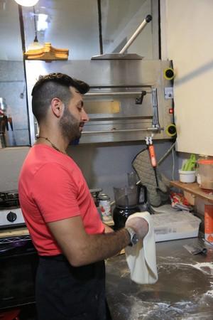Diego笑說,自己做的是拳擊披薩,壓揉麵團很賣力。
