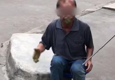 怕坐牢「當街拉屎猛塞嘴」被警看穿 扒手愣住:屎白吃了
