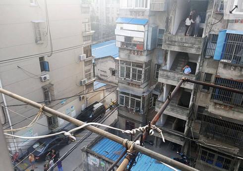 ▲▼看見有人站著發呆!厭世男樓梯上吊…失眠女鄰居盯半小時嚇傻。(圖/翻攝自中華網)