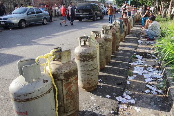 ▲石油國委內瑞拉經濟崩壞 人民慘淪燒柴煮飯(圖/路透社)