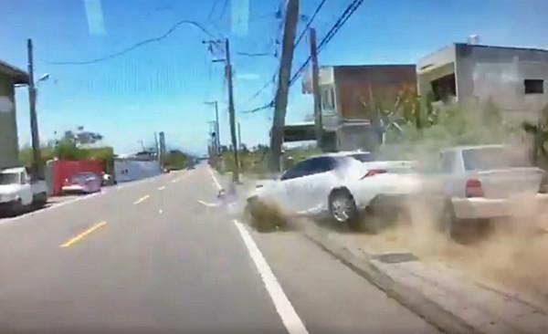 ▲▼Lexus狂飆遇大迴轉一秒撞爆!見他下車…網驚呆封「神車」。(圖/翻攝爆料公社)