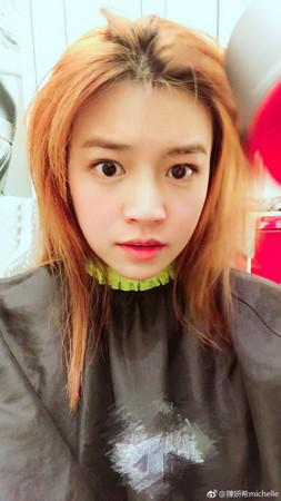 ▲陳妍希突破黑髮,染了一頭亮橘色。(圖/翻攝自陳妍希微博)