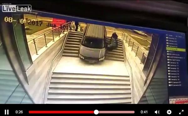 智利女三寶把地下室入口當停車場坡道,開下去整車墜落。(圖/翻攝自Live Leak)