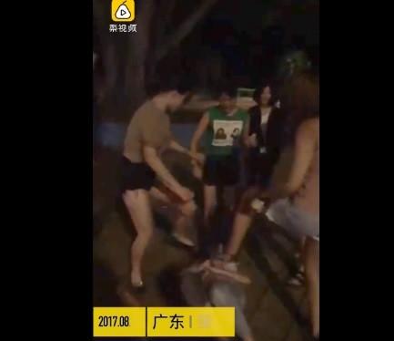 熱褲辣妹街頭打群架。(圖/翻攝自梨視頻)